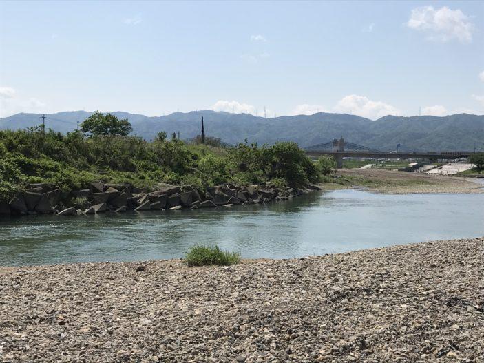 河原でバーベキュー